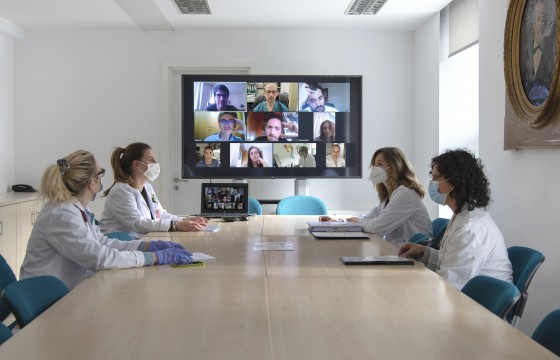 Left to right: Patricia Fanlo (Internal Medicine, CHN), Ruth García and Eva Zalba (Navarrabiomed) and Beatriz Larrayoz (Pharmacy, CHN) at a video conference meeting with the centers participating in the clinical trial.